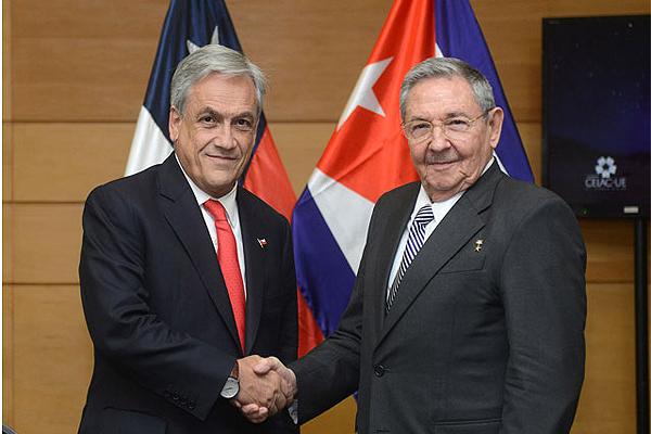 Chilean President Sebastian Pinera with Cuba's Raul Castro in Santiago.