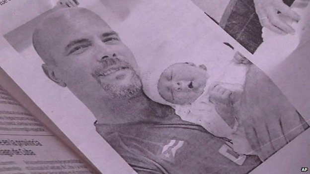 The photograph of Hernandez and his newborn daughter published in the Cuban newspaper Granma.